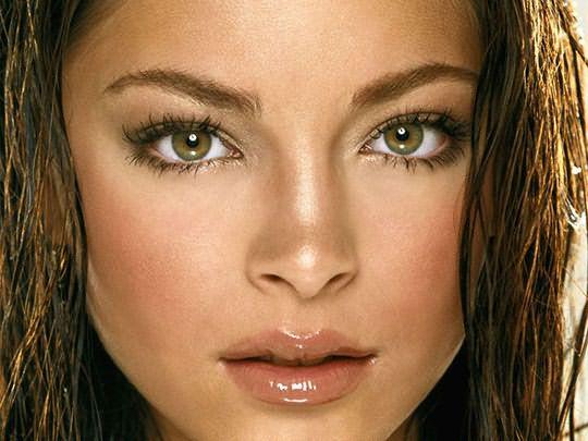 Прекрасным сочетанием для красавиц с оливковой кожей станут каштановые волосы и зеленые глаза.