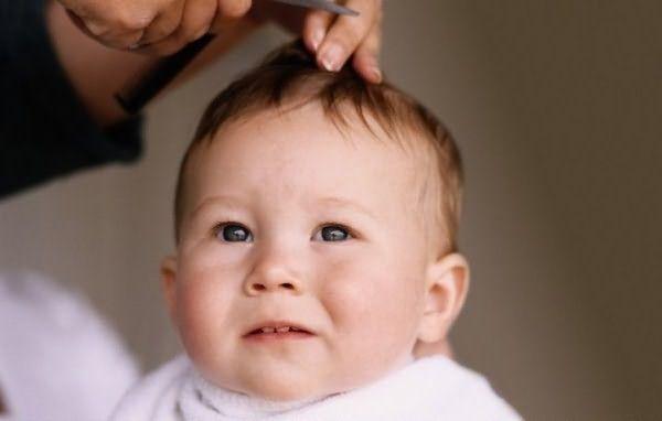 Когда можно стричь волосы новорожденному? Тогда, когда они ему мешают, отрастая до уровня глаз