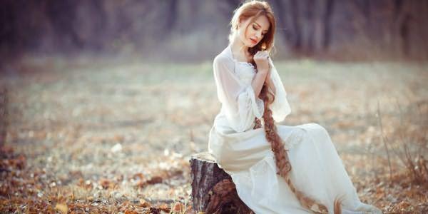 Длинная коса у девушки