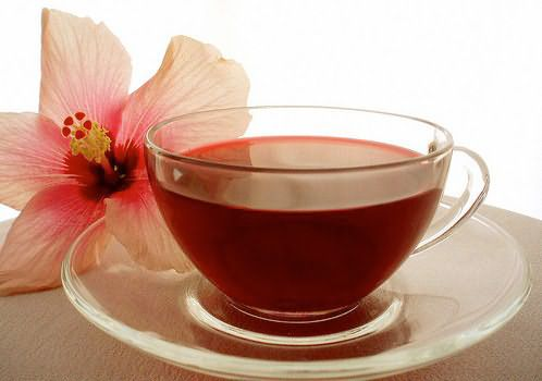 Чай каркаде, добавленный в хну, придаст волосам красноватый тон