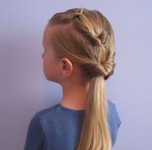 Вариант хорош для волос неодинаковой длины, стрижки каскад.