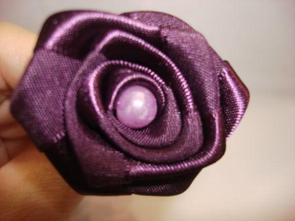 Красивые заколки для волос своими руками можно создать с помощью полимерной глины, лент или искусственных цветов
