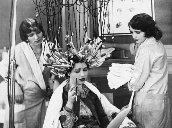История химической завивки волос насчитывает уже более 100 лет