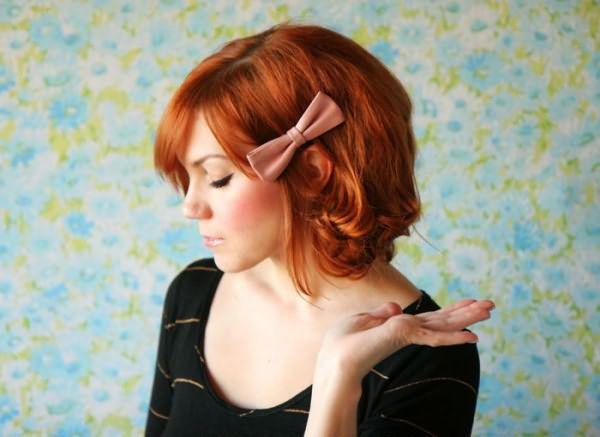 Нежные локоны, украшенные бантом светло-розового цвета