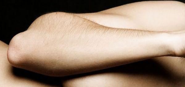Темные волоски на руках можно высветлить
