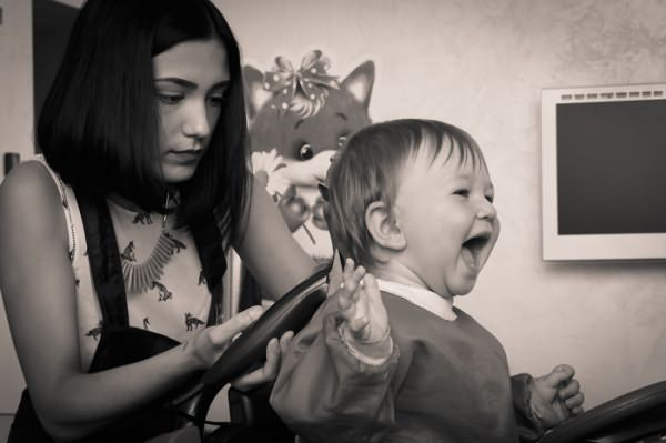 Процесс стрижки ребенка