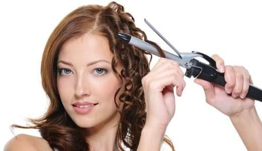 С помощью плойки можно накрутить волосы по всей длине или уложить только кончики