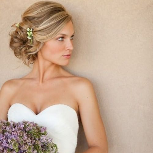 Свадебный образ также можно создать своими руками, поскольку цена парикмахерских услуг оказывается не каждому по карману.