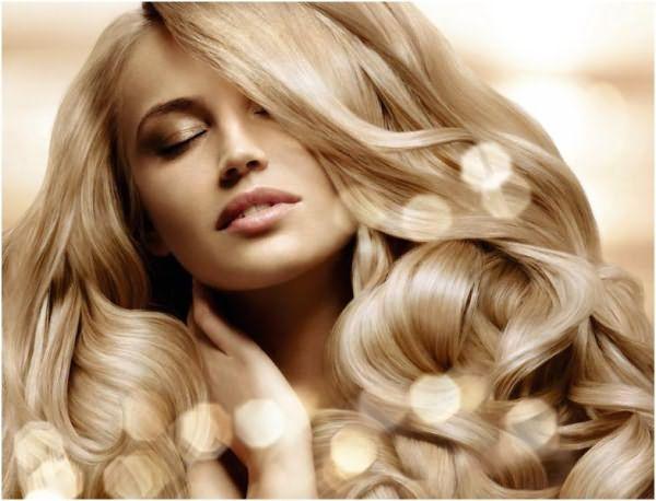 Девушка с красивыми, длинными, светлыми, волнистыми волосами