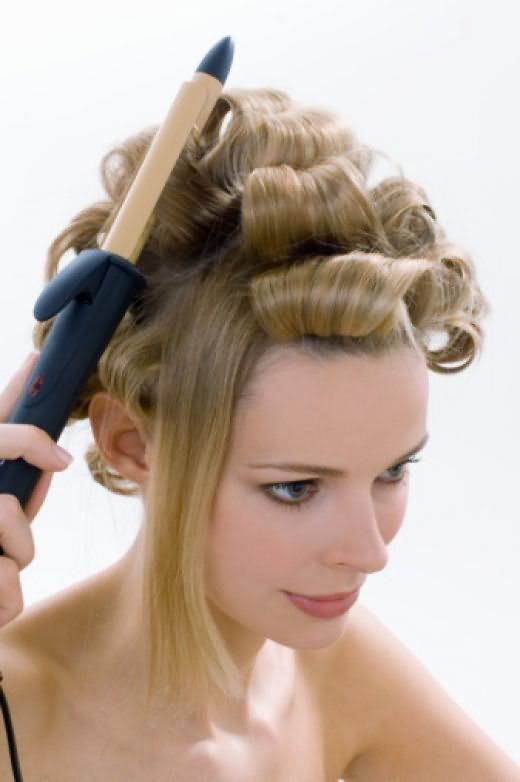 Завивка волос прибором со стержнем из хромированного металла