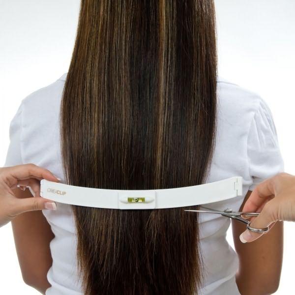Соберем руками волосы и зафиксируем их зажимом.