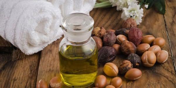 Аргановое масло в баночке и плоды аргании