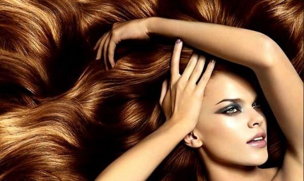 Девушка с красивыми, распущенными, длинными, рыжими волосами