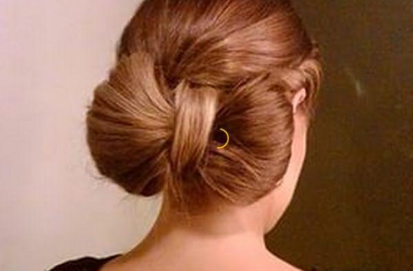 Бантик из волос на затылке