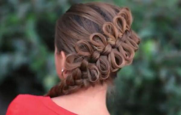 Прическа с плетением в виде бантиков и косички
