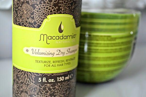 Natural Volumizing Oil Dry Shampoo Macadamia не только подскажет, как освежить волосы без мытья головы, но и обеспечит бережный уход