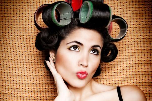Если вам жизненно необходимо завить волосы в кудри, используйте холодные способы укладки с помощью бигуди