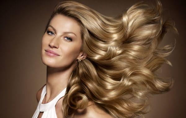 Обыкновенная процедура мытья головы со специальным средством поможет визуально увеличить количество прекрасных локонов.