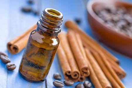 Молотую пряность можно заменить маслом, но осторожно – можно сжечь кожу, у масла концентрация намного выше, чем у отвара