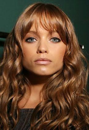 Вьющиеся волосы красиво обрамляют лицо