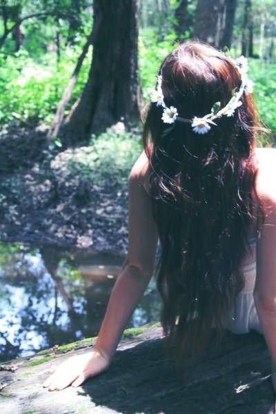 Девушка с ободком в ромашках