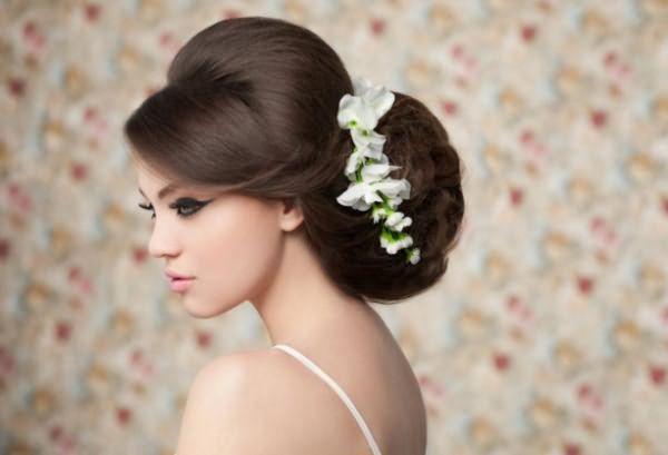 Пышный свадебный пучок с косой челкой
