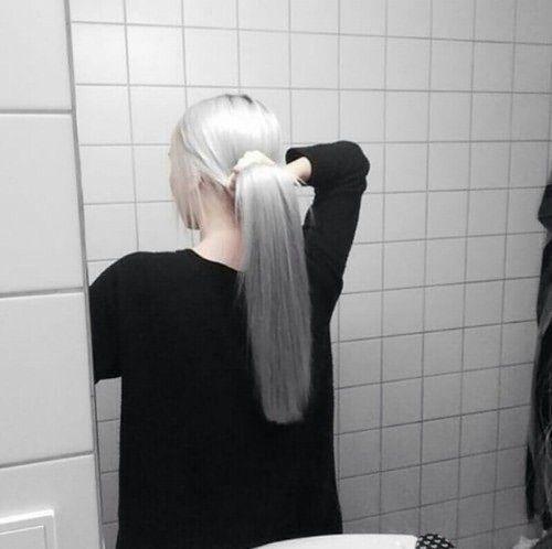 Волосы собраны в хвост