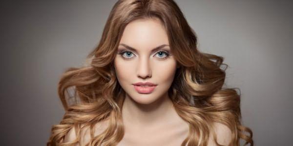 Девушка с тонированными русыми волосами