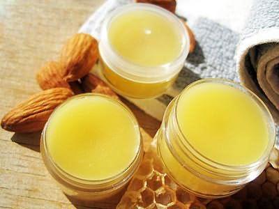 Натуральный пчелиный воск, входящий в состав средства действует на шевелюру благоприятным образом