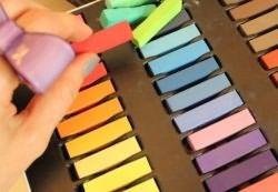 как покрасить волосы мелками 1