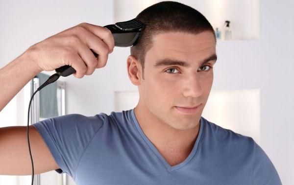 Мужчина подстригается