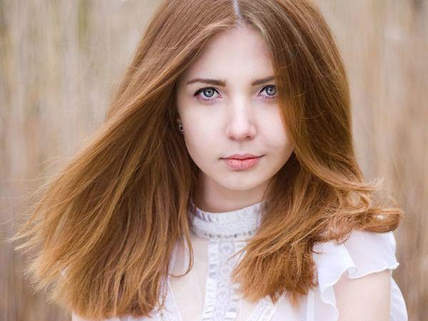 Светлый золотисто-коричневый цвет волос подходит осеннему цветотипу, а также тем, чьи локоны обладают природной рыжинкой