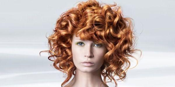Девушка с химической завивкой волос