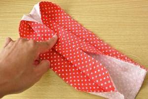 Так необходимо складывать ткань – серединку удерживайте пальцем