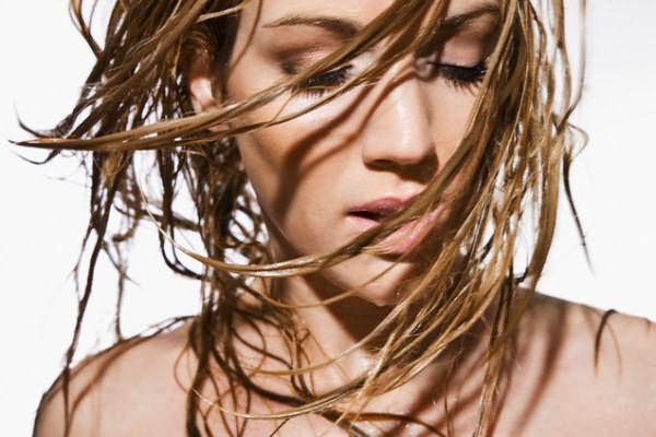 При жирных волосах прическа очень быстро теряет свою форму, пряди слипаются и выглядят неопрятно, как на фото.