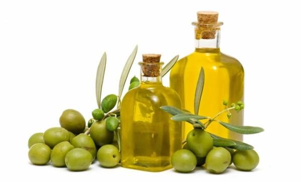 На фото: масло оливы - классический ингредиент питательных смесей.