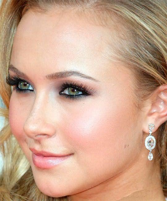 Для представительниц холодного типа красавиц прекрасно подойдут светло русые волосы и зеленые глаза.