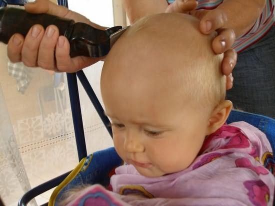 Когда стричь волосы новорожденному вопрошают молодые родители. А ведь в этом нет никакой необходимости, за исключением следования дремучим поверьям древности