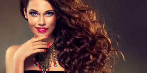 Девушка с длинными кудрявыми волосами