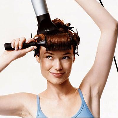 Чтобы укладка дольше держалась, в конце высушите волосы потоком холодного воздуха