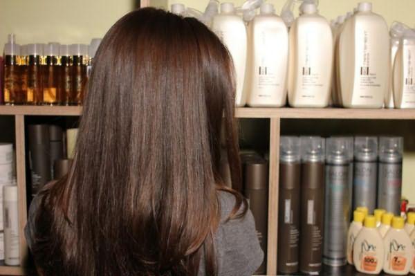 девушка выбирает средство для волос