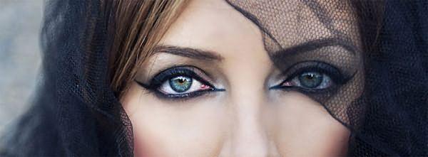 Брюнетка с серо-голубыми глазами