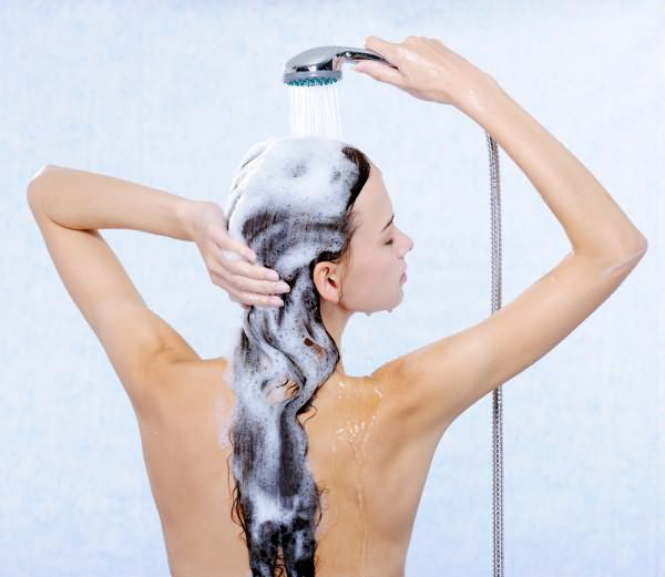 Фото правильного положения для мытья волос после наращивания