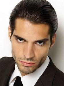 Мужчины с зачесанными назад волосами имеют уверенный вид