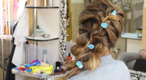 прическа с косами и резинками