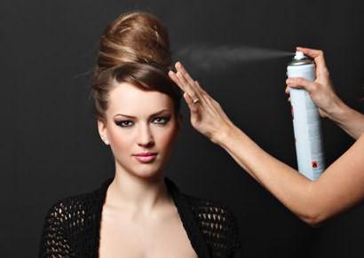 Лак для волос сильной фиксации наиболее уместен для закрепления вечерней прически.