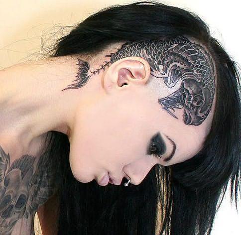 Татуировка на голове, дополняющая образ