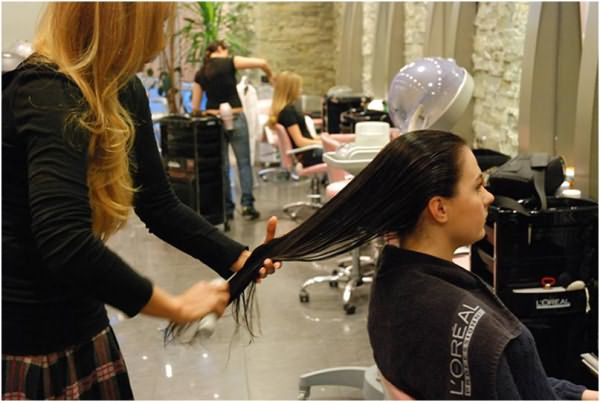Выполнение процедуры ламинирования специалистом на длинные волосы