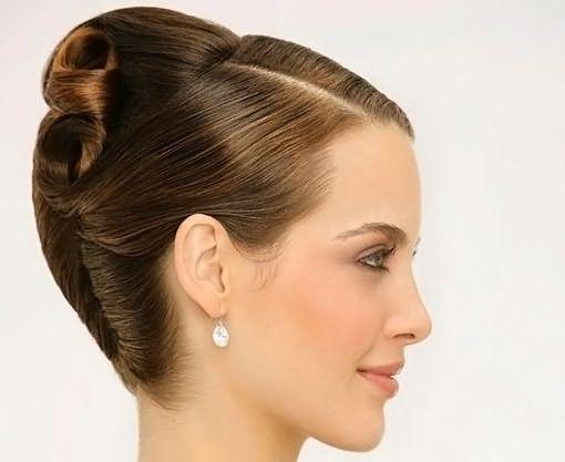 Прическа с заколотыми шпильками волосами