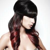 Эффектно выглядит омбре на чёрных волосах, особенно в сочетании с яркими цветами